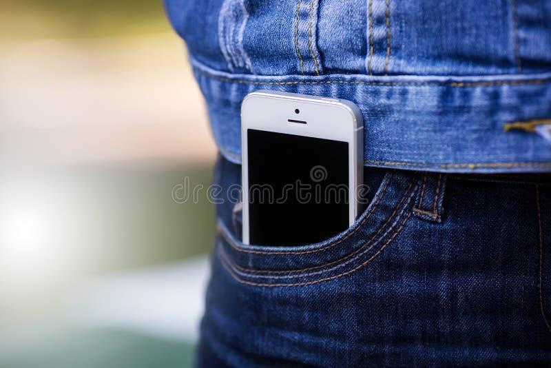 Smartphone w życiu codziennym Telefon w cajg kieszeni fotografia stock