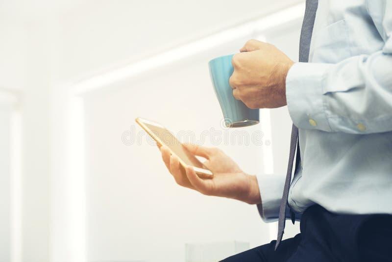 Smartphone w ręce biznesmen sprawdza e podczas przerwy obrazy royalty free