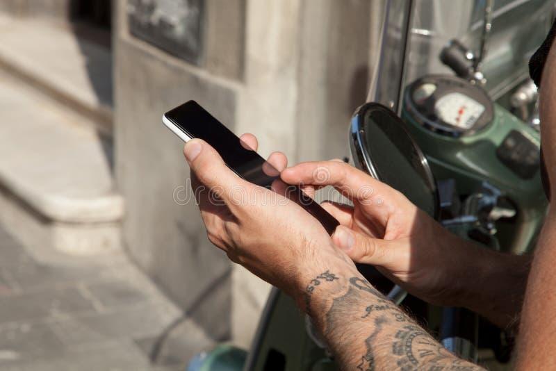 Download Smartphone W Rękach I Moped Zdjęcie Stock - Obraz złożonej z messaging, telefon: 57654492