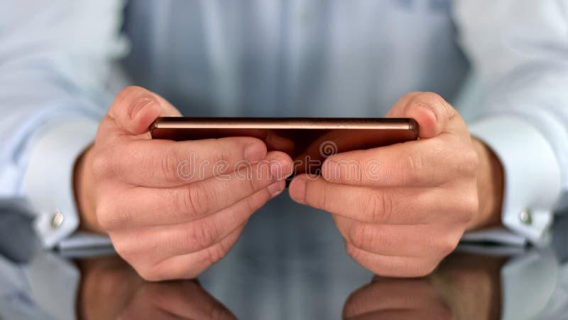 Smartphone w samiec wręcza zbliżenie, biznesowy zastosowanie, ogólnospołeczne sieci, gadżet zdjęcie royalty free
