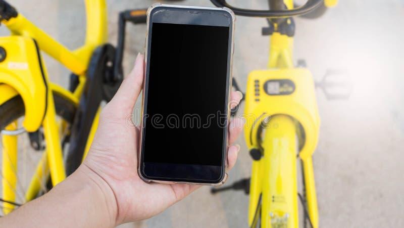 Smartphone wordt gebruikt om de fiets te openen die stock fotografie