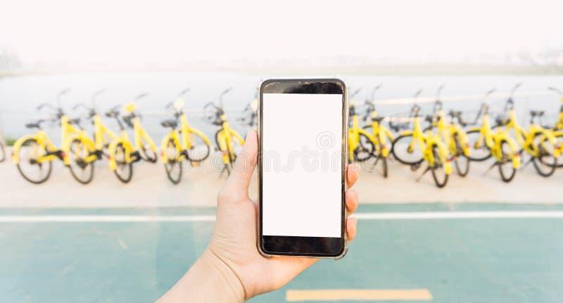 Smartphone wordt gebruikt om de fiets te openen die royalty-vrije stock afbeeldingen