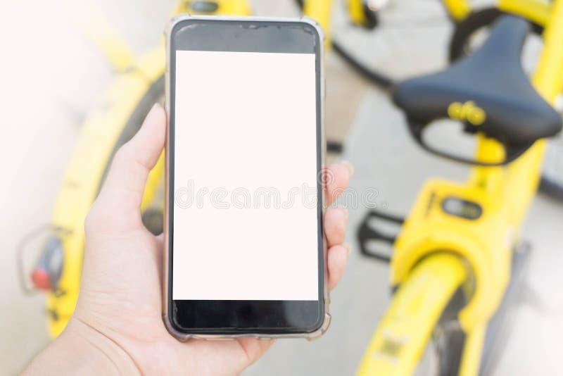 Smartphone wordt gebruikt om de fiets te openen die royalty-vrije stock fotografie
