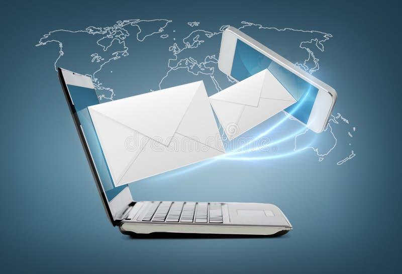 Smartphone y ordenador portátil conncecting foto de archivo libre de regalías