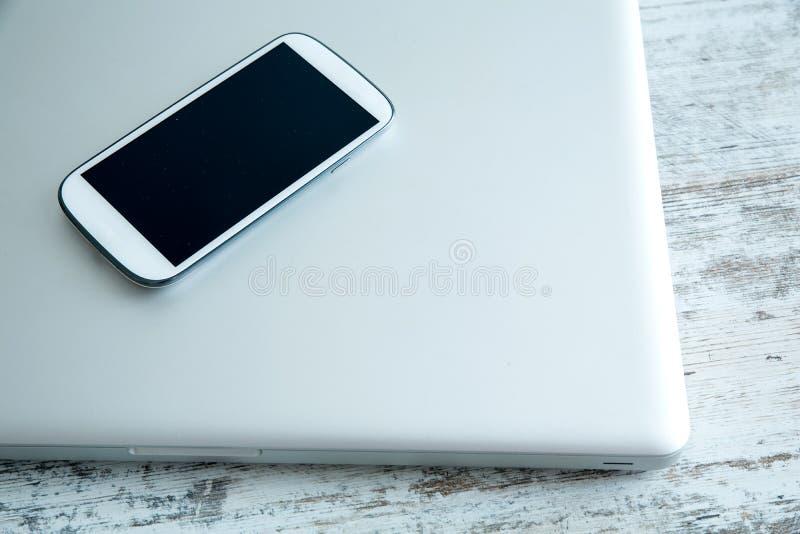 Smartphone y un ordenador portátil fotos de archivo libres de regalías