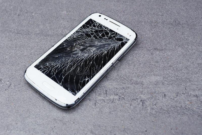 Smartphone z łamanym ekranem fotografia royalty free