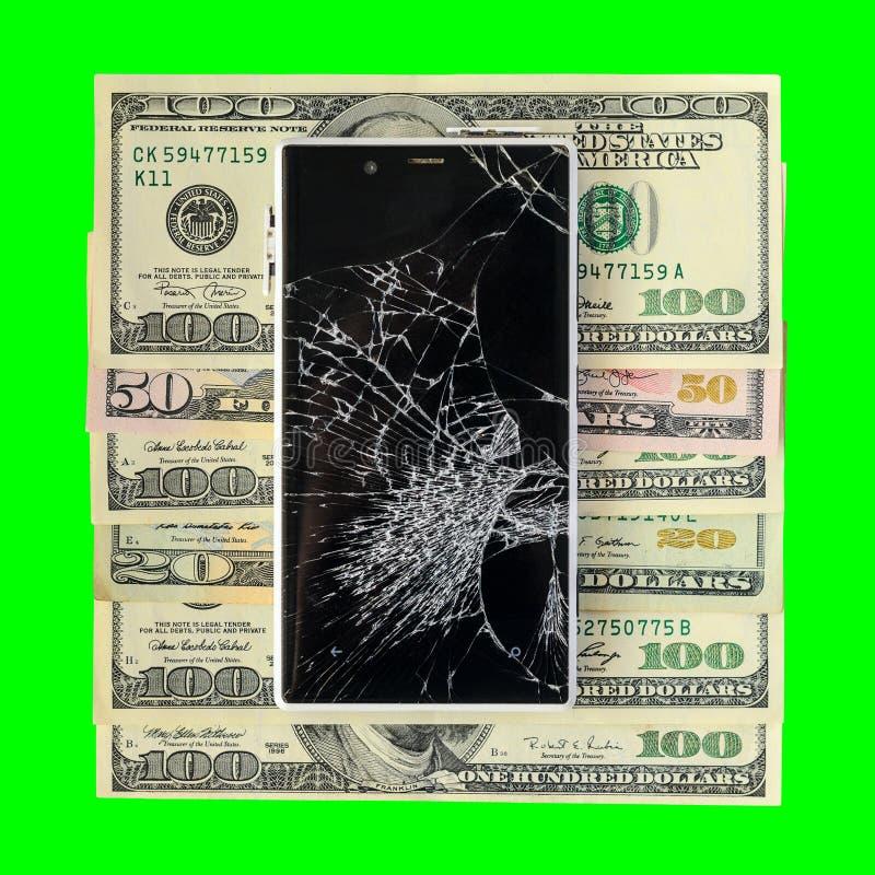 Smartphone z łamanym pokazu lying on the beach na pieniędzy banknotach Odizolowywających obraz royalty free