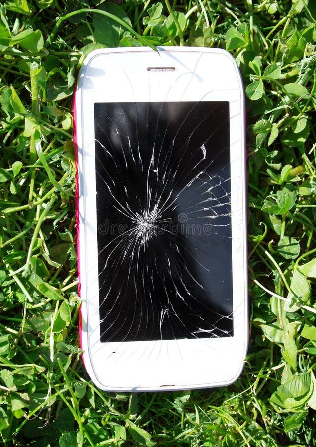 Download Smartphone Z łamanym Parawanowym Lying On The Beach Na Trawie Obraz Stock - Obraz złożonej z tło, trawy: 57662383