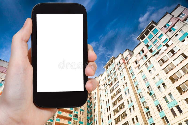 Smartphone z cięcia out nowymi domami i ekranem obraz stock