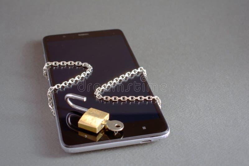 Smartphone z otwiera kłódka łańcuch obraz royalty free
