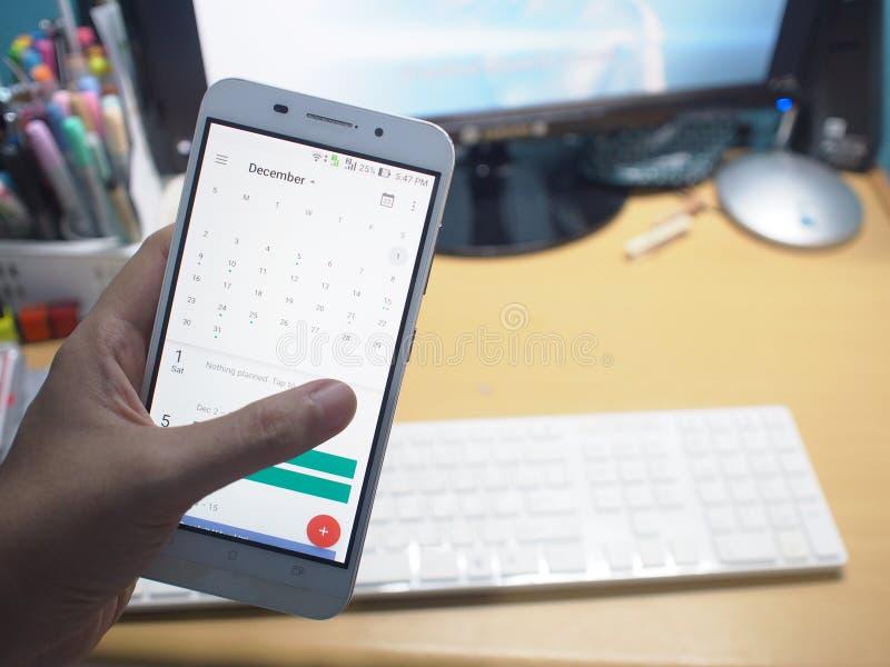 Smartphone z pracującym biurkiem zdjęcie stock
