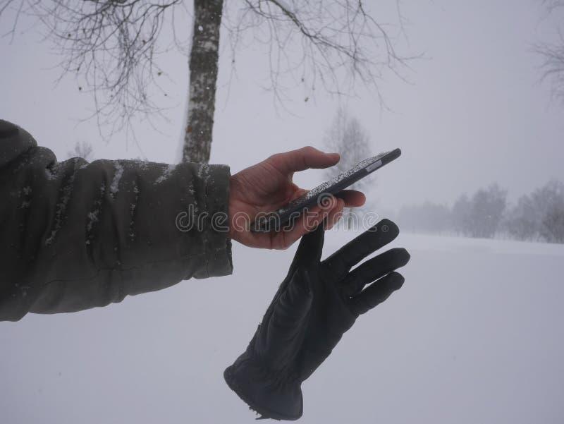 Smartphone zimy boże narodzenia śnieżni zdjęcie stock