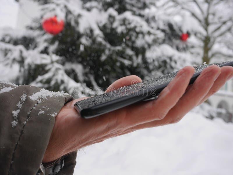Smartphone zimy boże narodzenia śnieżni zdjęcia stock