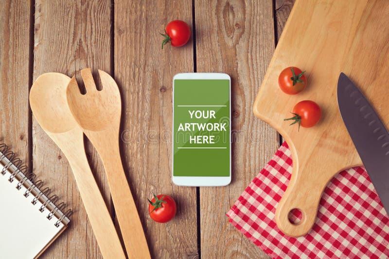 Smartphone zomba acima do molde para cozinhar a exposição dos apps fotografia de stock