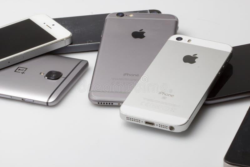 Smartphones сложены вверх совместно, стоковые изображения rf