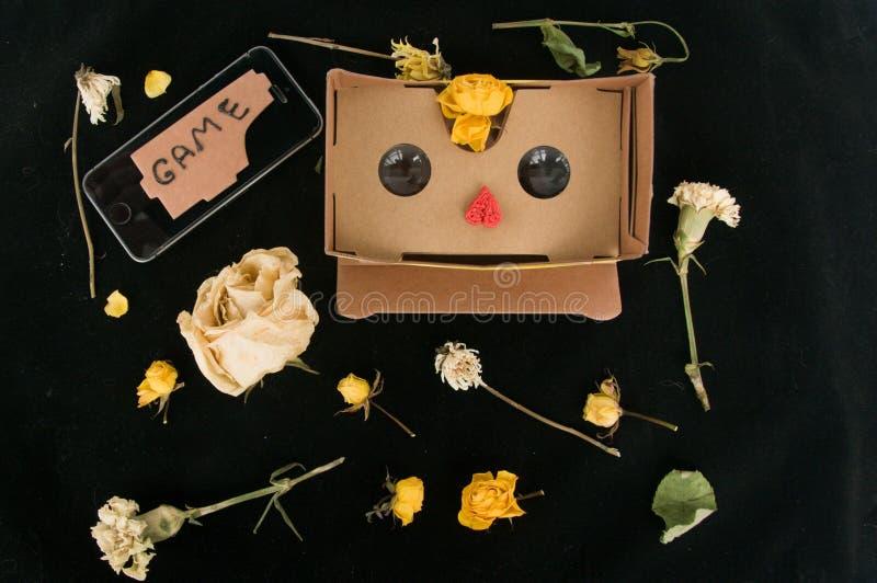 τρισδιάστατα γυαλιά για το παιχνίδι στο κινητό τηλέφωνο r Συσκευές και λουλούδια Σχεδιάγραμμα στοκ φωτογραφία