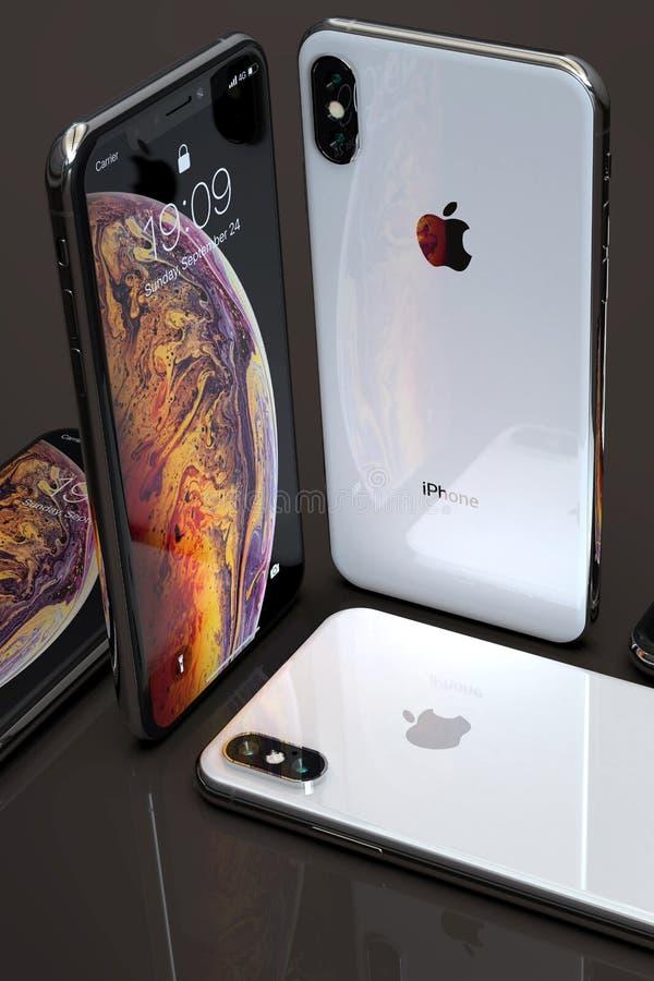 Smartphones argentés d'IPhone XS, disposés sur la table image libre de droits
