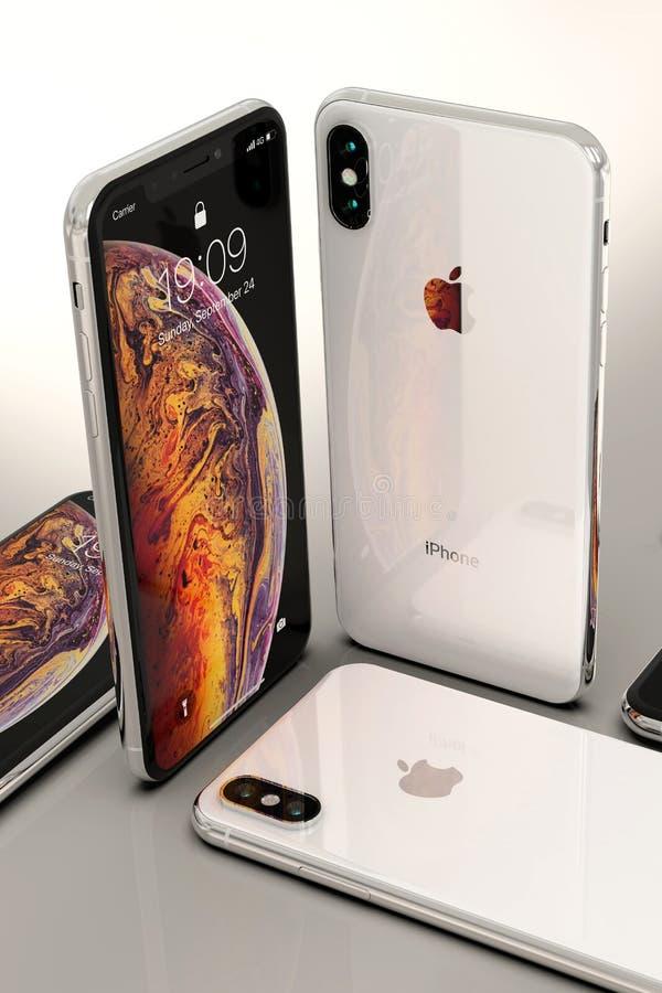 Smartphones argentés d'IPhone XS, disposés sur la table photographie stock libre de droits