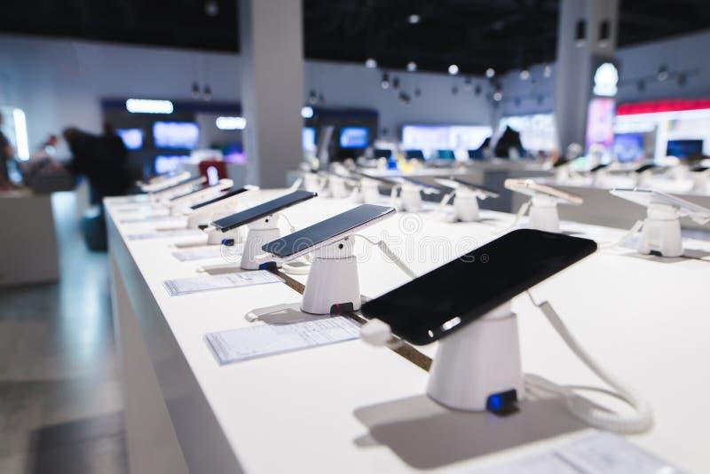 Smartphones auf dem Hintergrund des Elektronikladens Abteilung von Handys im Technologiespeicher lizenzfreie stockfotografie