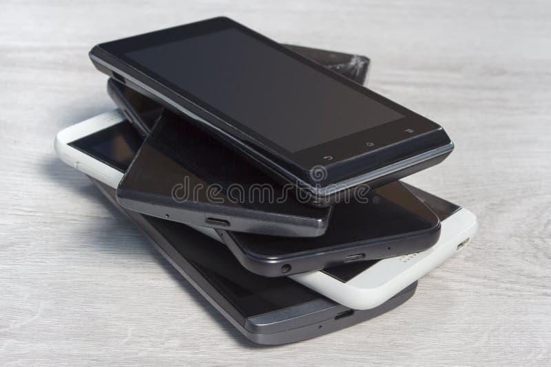 Smartphones bovenop elkaar wordt gestapeld is op de teller die stock afbeelding