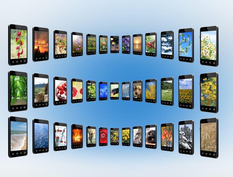 Smartphones con diversa foto en filas Tecnologías de Digitaces fotos de archivo libres de regalías