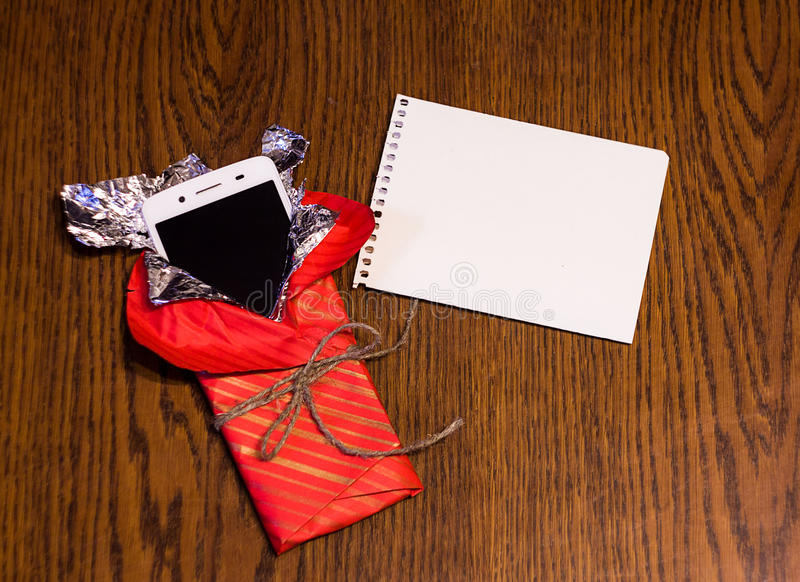 Smartphones en paquet de cadeau photo stock