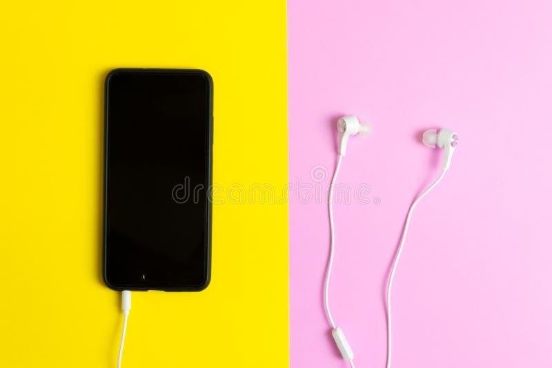 Smartphones i hełmofony Słuchają rocznik muzyka zdjęcie stock