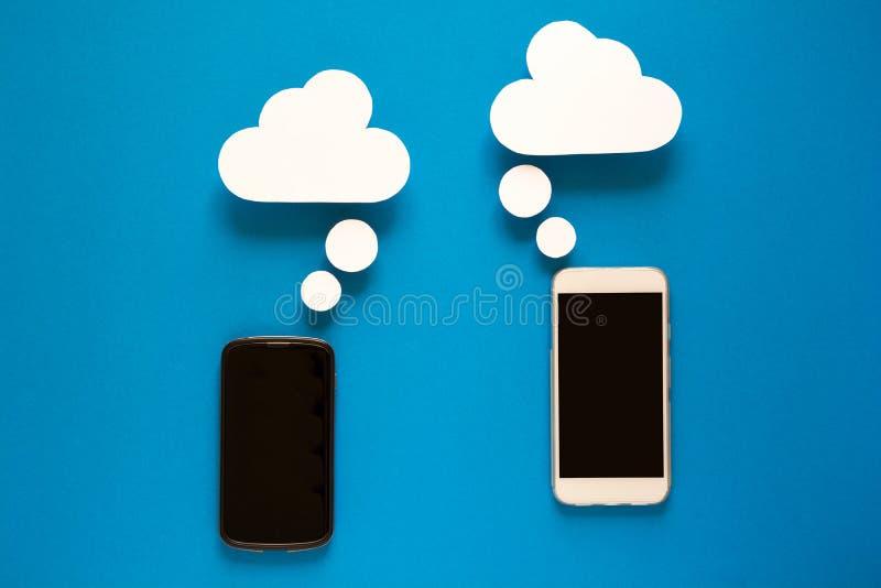 Smartphones met document toespraakbellen op blauwe achtergrond Communicatie concept royalty-vrije stock afbeelding