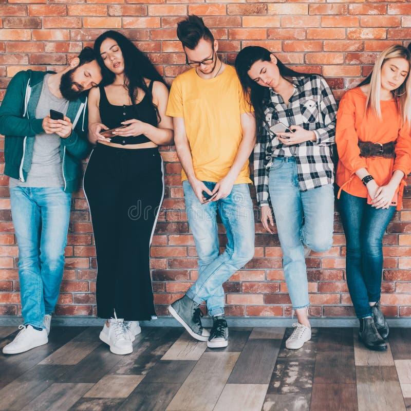 Smartphones sociaux de millennials d'obsession de médias photos stock
