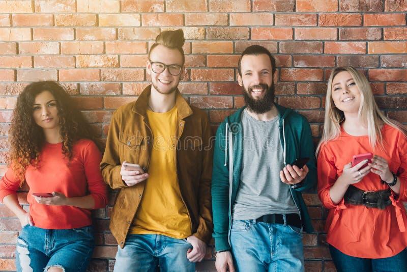 Smartphones sociaux de millennials de mise en r?seau surfant image stock