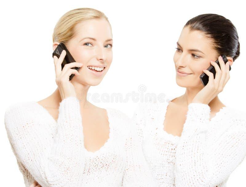 smartphones som ler unga kvinnor arkivbilder