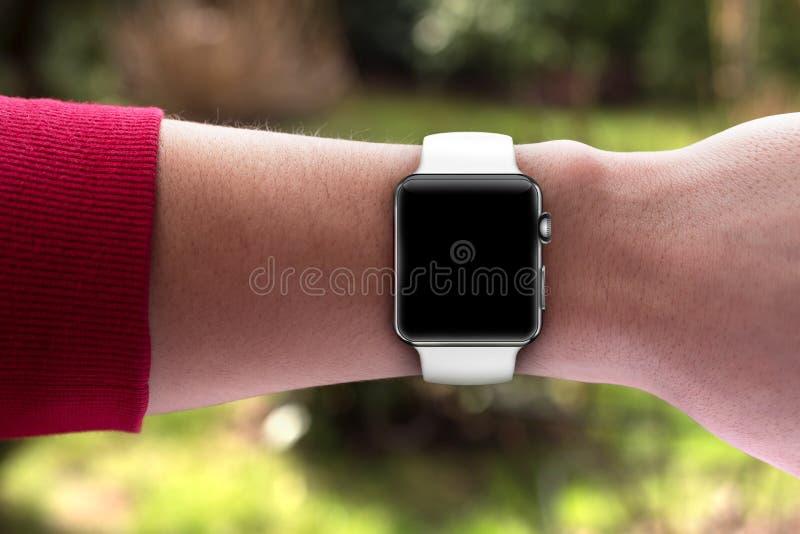 Smartwatch σε διαθεσιμότητα - κενή οθόνη στοκ φωτογραφίες