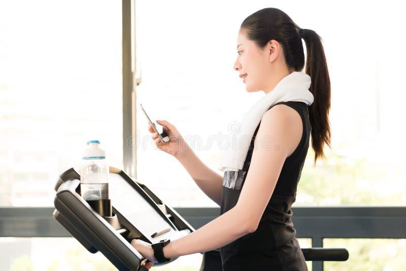 Smartwatch пользы третбана красивой азиатской женщины идущее соединяет s стоковые изображения rf