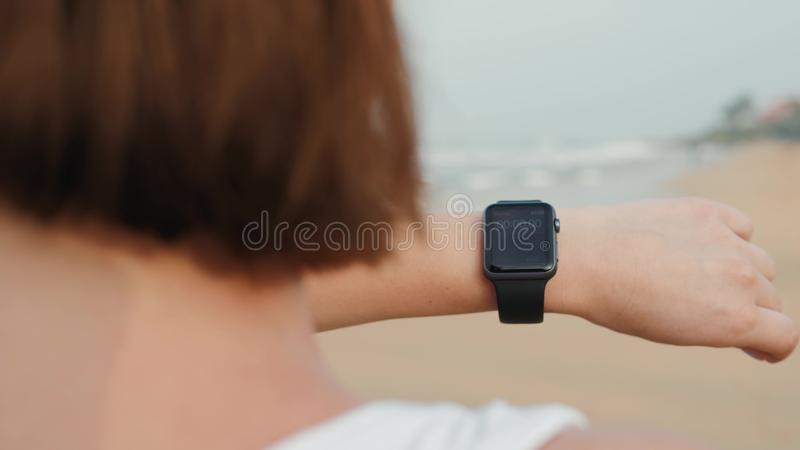 Smartwatch futé de montre de technologie, course active de début de femme et aller avec le bracelet de port de traqueur d'activit images stock