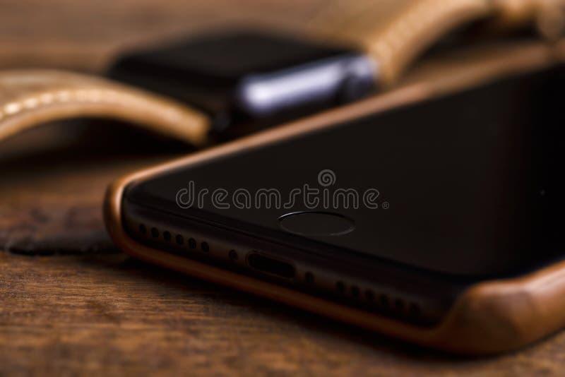 Smartwatch i smartphone zdjęcie stock
