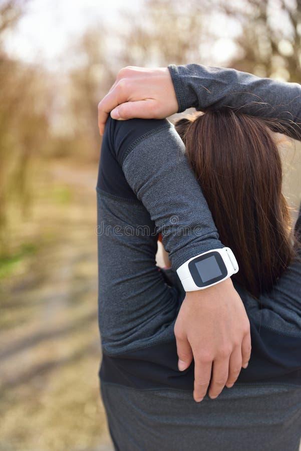 Smartwatch kvinnaspring med bildskärmen för hjärtahastighet arkivfoton