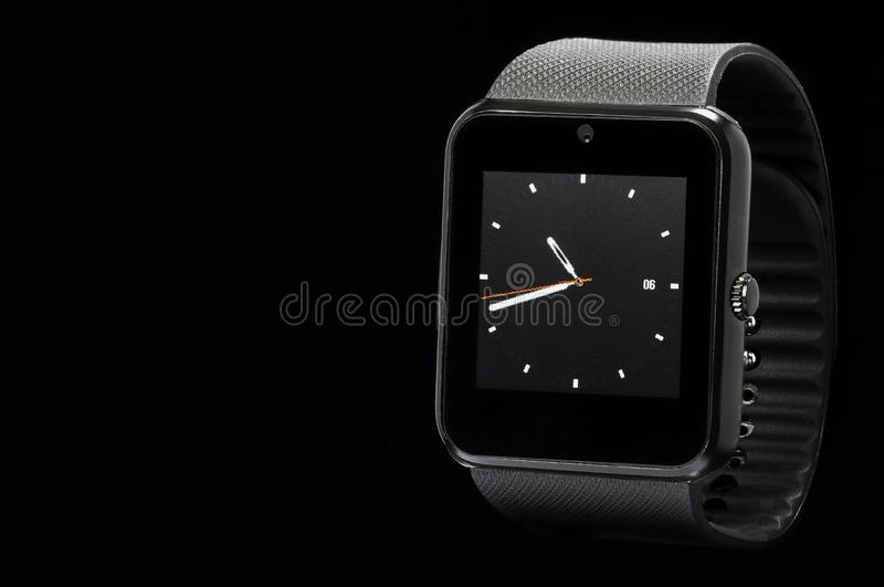 Smartwatch negro en fondo negro foto de archivo