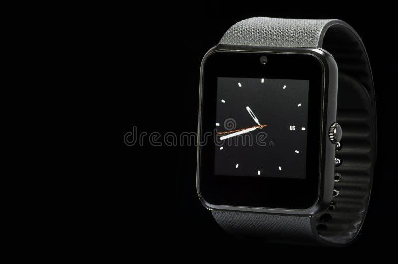 Smartwatch nero su fondo nero fotografia stock