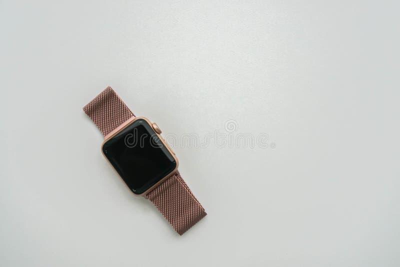 smartwatch numérique avec la bande métallique rose d'or pour le cadeau d'anniversaire de femmes image stock