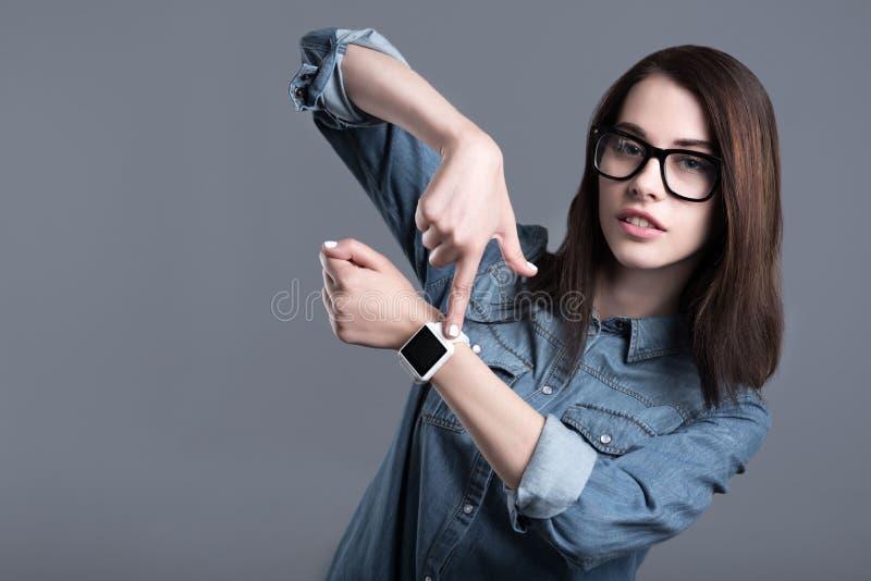 Download Smartwatch Och Peka För Ung Kvinna Bärande Arkivfoto - Bild av händer, studio: 78727884