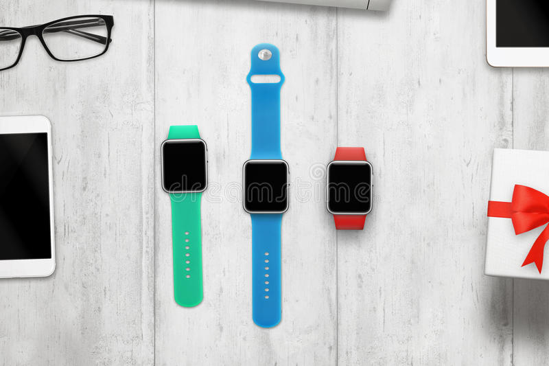 Smartwatch tres con, pantalla en blanco para la maqueta imagen de archivo