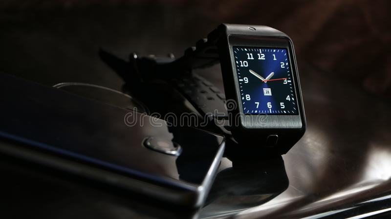 Smartwatch y smartphone foto de archivo libre de regalías