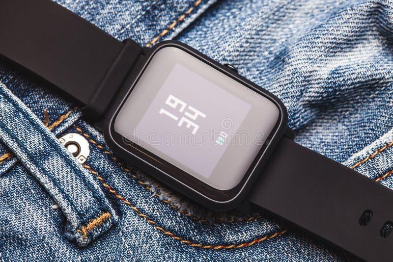 Smartwatches no fundo dos ginos Fotografia macro Conceito da tecnologia fotografia de stock