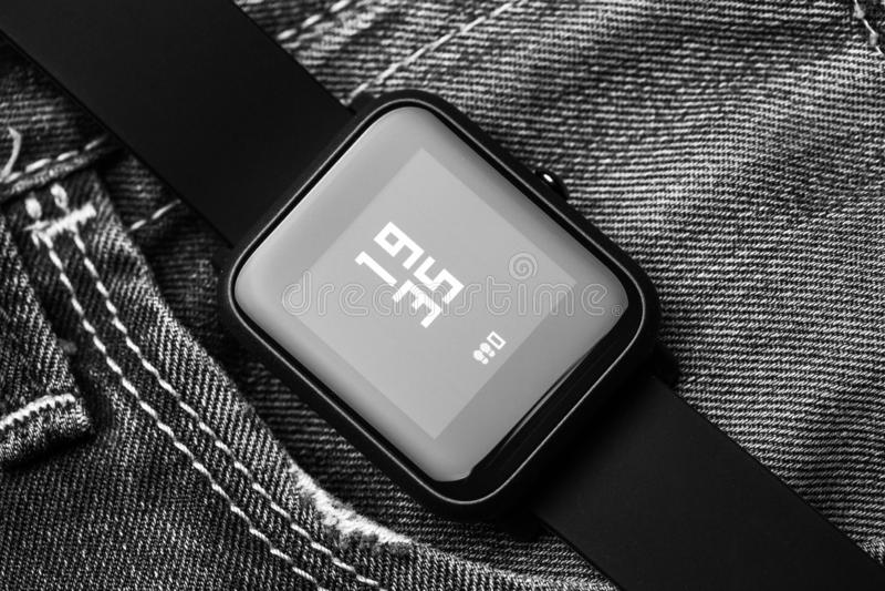 Smartwatches no fundo dos ginos Fotografia macro Conceito da tecnologia fotos de stock