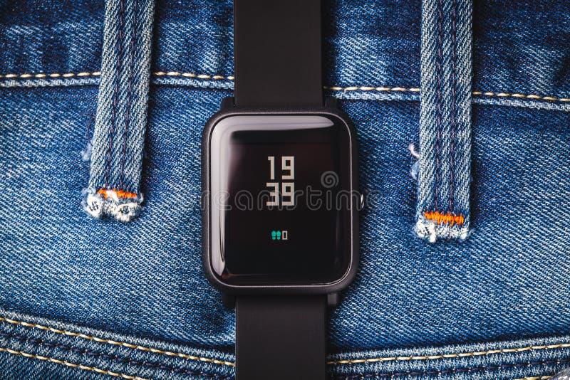 Smartwatches no fundo dos ginos Fotografia macro Conceito da tecnologia foto de stock
