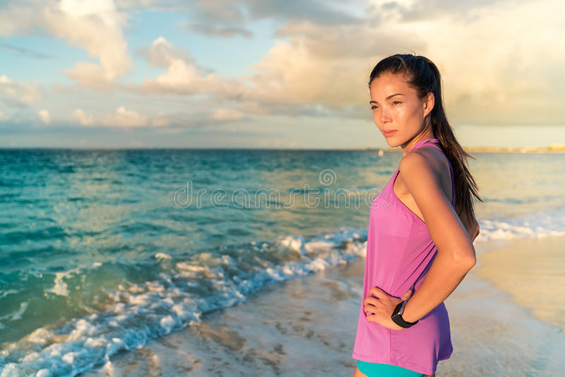 Smartwatchvrouw die op strand het gezond leven leven stock foto