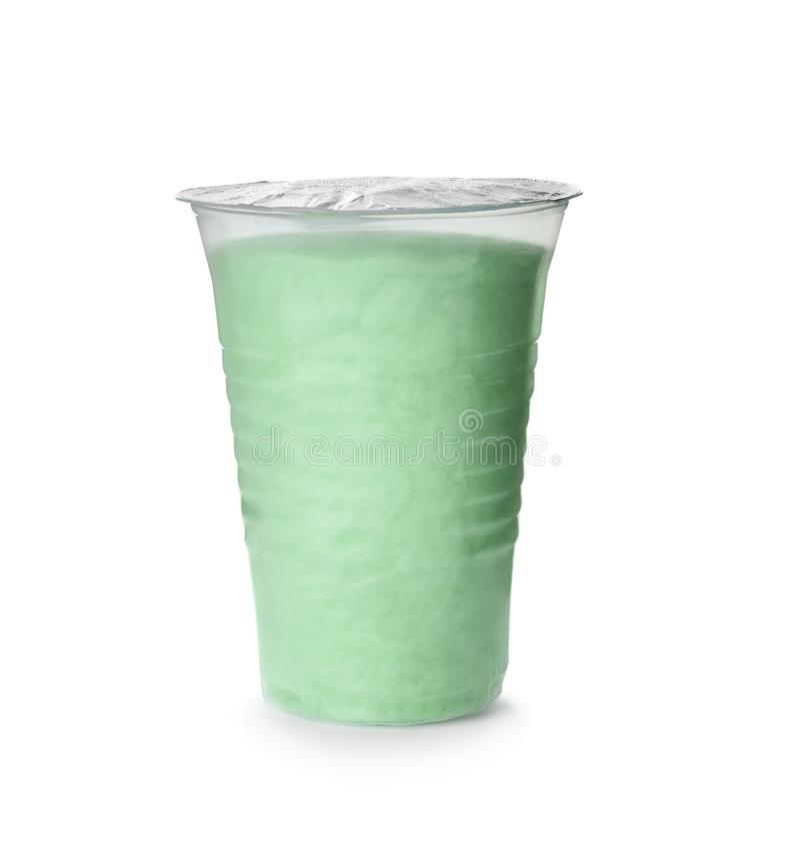 Smaskig sockervadd i plast- kopp på vit royaltyfri foto