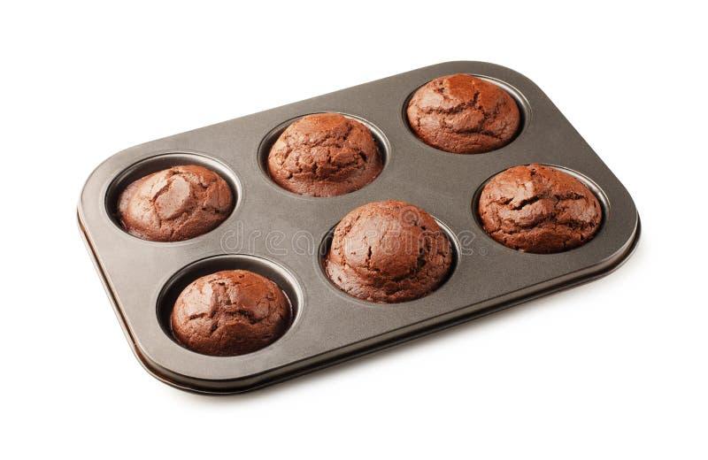 Smaskiga hemlagade chokladmuffin i bakningpanna royaltyfri foto