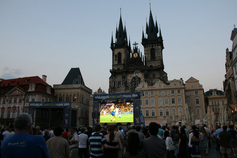 Smazza il gioco del calcio di sorveglianza a Praga fotografia stock libera da diritti