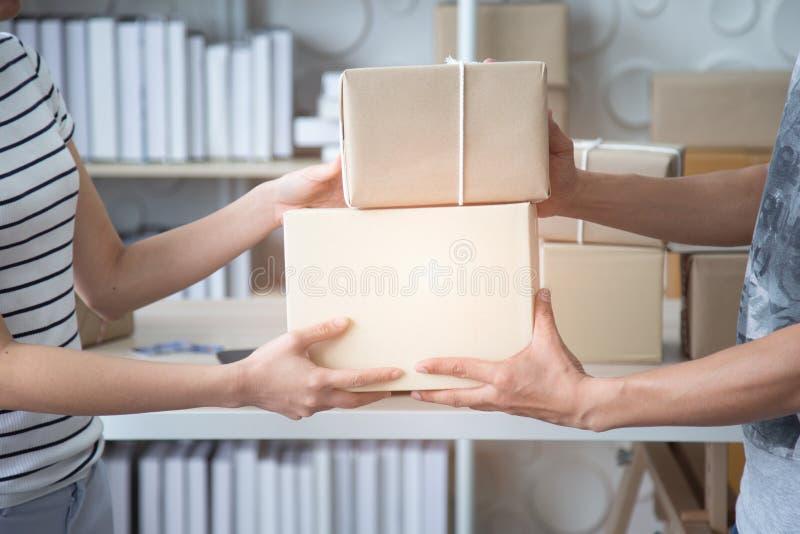 SME, caixa do produto da entrega do vendedor da empresa de pequeno porte ao cliente fotografia de stock royalty free
